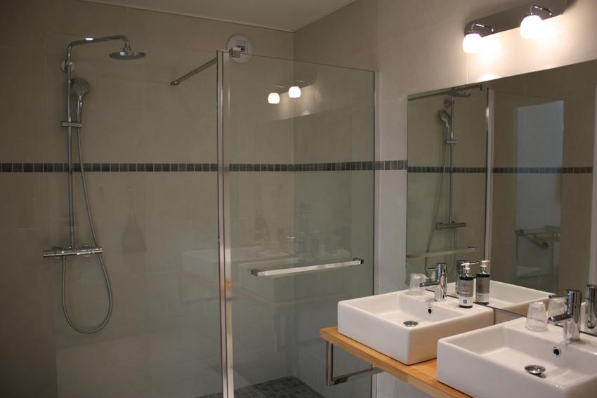 Accessible room h tel le dauphin puteaux paris la - Salle de bain pmr ...