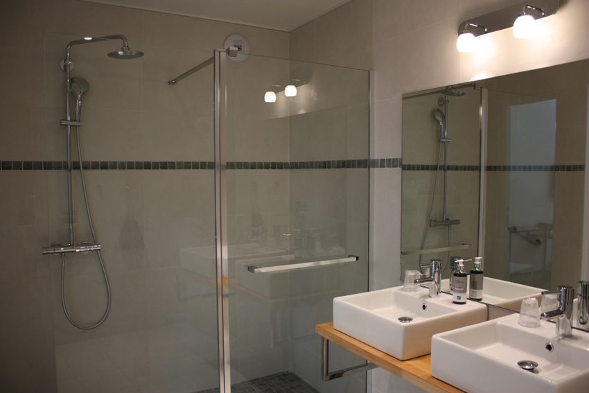 hotel-dauphin-salle-bain-pmr-3
